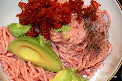 Hamburguesa casera de pollo con aguacates y tomates secos