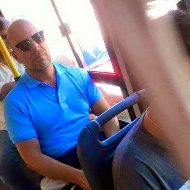 Bruce Willis  y su inconfundible look.