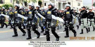 Foto de la marcha de los GOES del INPE en pleno Desfile de la Parada Militar del Perú. Foto de los GOES de Jesus Gómez