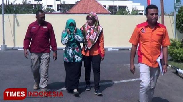 Guru Ditangkap Sebar Foto Jokowi - Megawati Berlatar Palu Arit