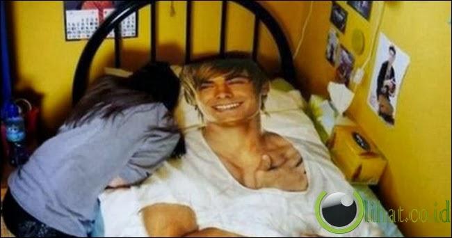 Gadis ini cinta setengah mati dengan Zac Efron. Sampai selimut saja bergambar Zac.