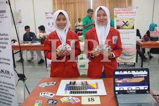18. Zahrotul Firdausi dan Putri Shofi Nabilah Dari SMAN 1 Sidayu Gresik dengan judul Karya KPK (Kartu Pintar kimia)