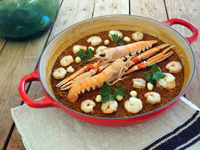 Rossejat de cuscús, cocido con caldo de pescado con sofrito y acompañado con gambas, cigalas y alioli