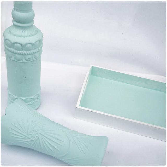 Flasche und Tabeltt mit selbstgemachter Kreidefarbe bemalt