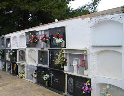 Spansk kyrkogård med sina typiska gravplatser