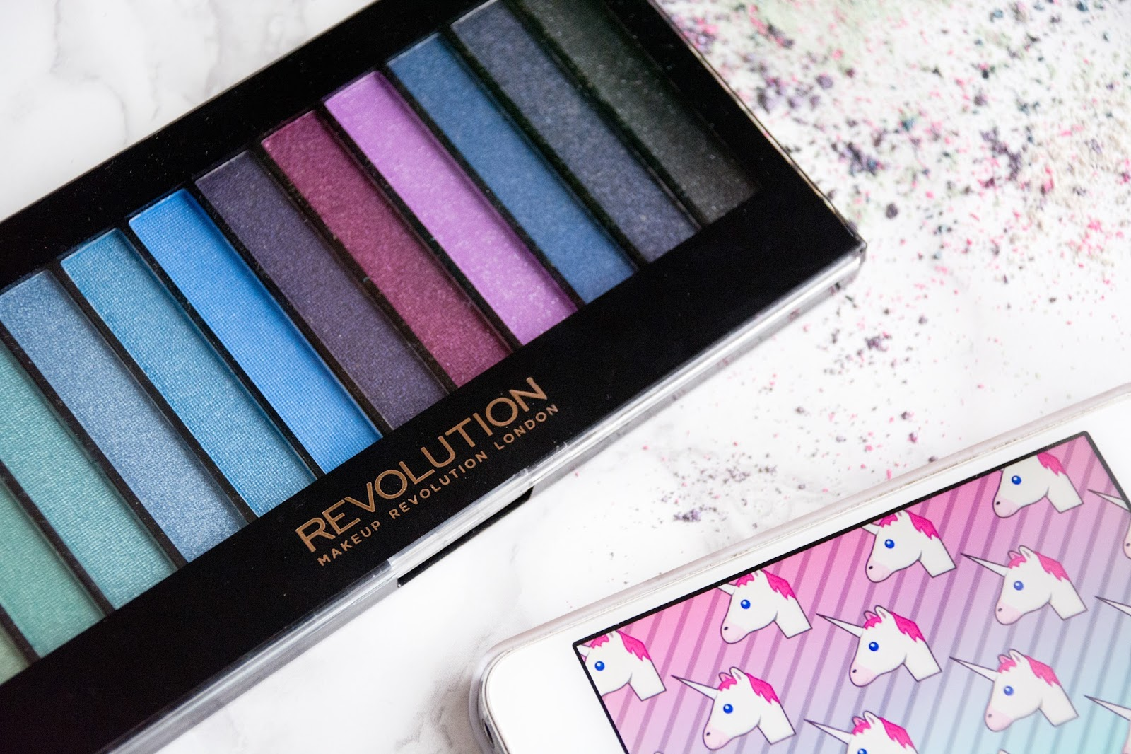 палетка теней  makeup revolution mermaids vs unicorns