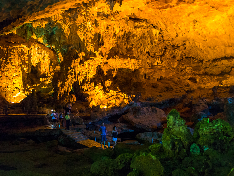 image of the hang sung sot cave in halong bay