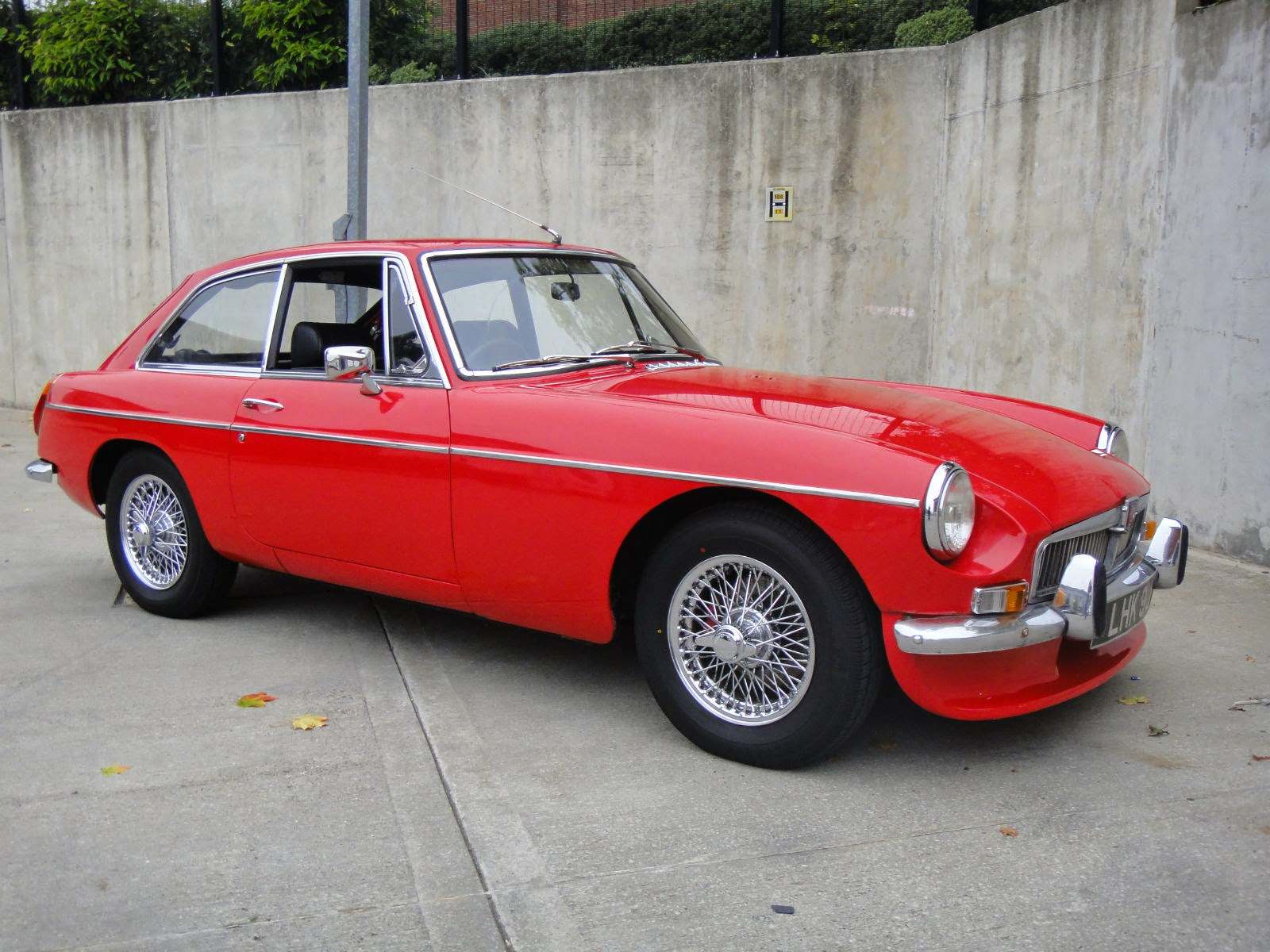 1970 mg mgb gt comes with chrome wire wheels auto restorationice. Black Bedroom Furniture Sets. Home Design Ideas