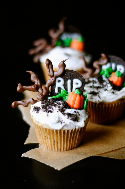 Spooky graveyard cupcakes - Halloween decorations for cupcakes ...