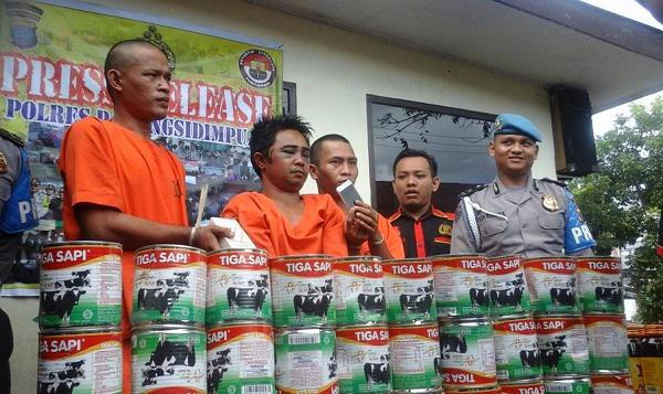 Polisi menggelar temu pers penangkapan ketiga tersangka pencurian