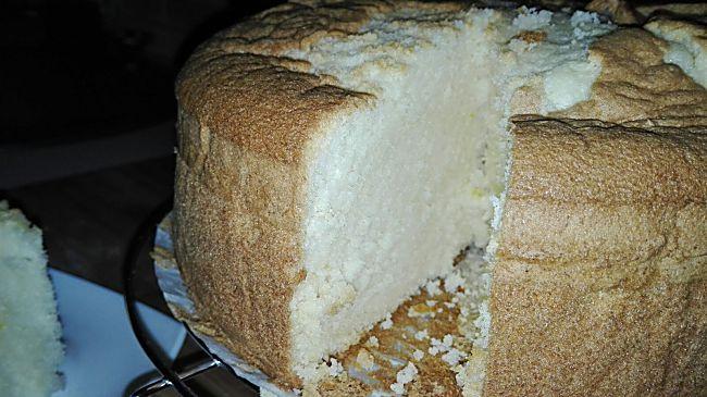 Corte del bizcocho de harina de maíz y blanca