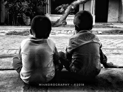 Salah satu contoh bentuk tawadlu pada manusia adalah saling menghargai perbedaan sesama saudara