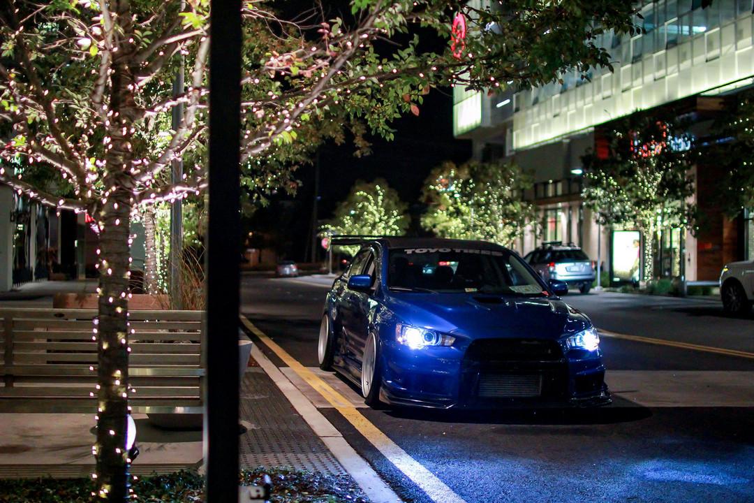 Mitsubishi Lancer Evolution X, najlepsze sportowe sedany, zdjęcia w nocy,