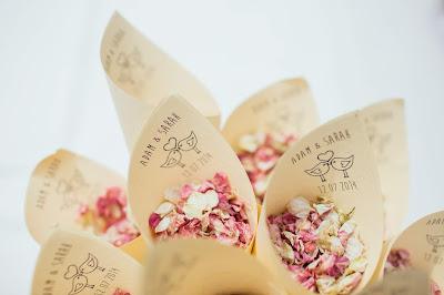 Conos de papel con pétalos de flores secas para lanzar tras la ceremonia
