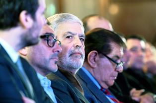 Con total parsimonia y luciendo su nuevo look barbudo, De Vido se sentó en el Salón Azul del Congreso al lado de Guillermo Pereyra, el senador neuquino y titular del gremio de los petroleros.