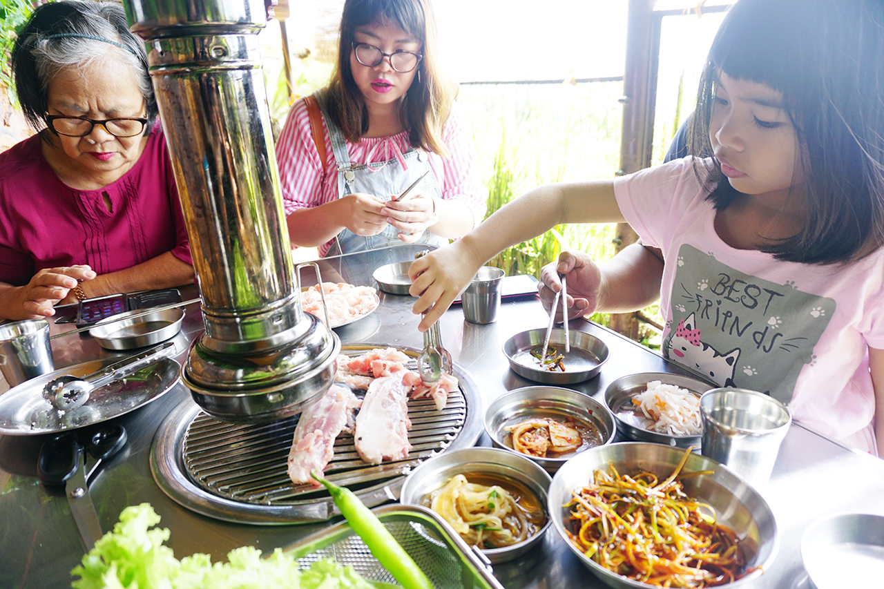 Cooking different types of pork cuts at Samgyupsalamat Tagaytay