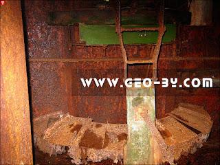 Внутри ДОТ-а №64. Деревянный пулеметный станок Горносталева
