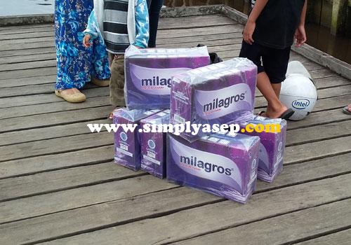 TIBA :  Begitu sampai di tempat tujuan, barang pun diturunkan. 6 Dus Milagros pesanan pelanggan setia kami di daerah ini.  Foto Asep Haryono