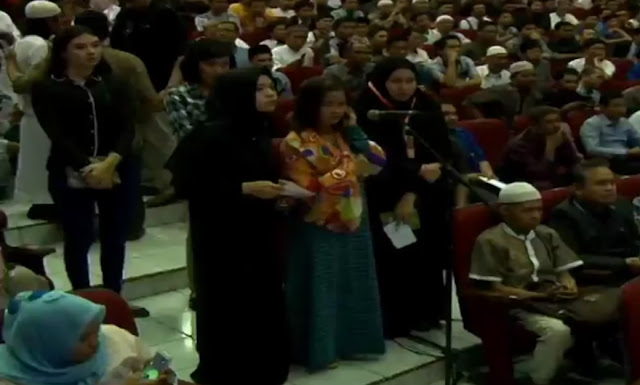 Dapat Giliran Pertama Bertanya, Wanita Ini Langsung Masuk Islam di Depan Dr Zakir Naik