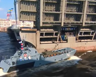 У Росії військовий корабель врізався в опору мосту