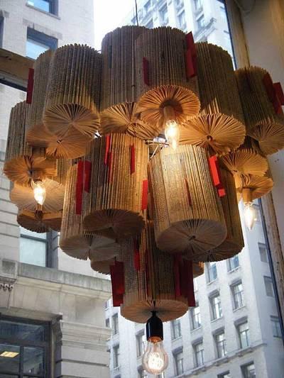 9. Lembaran-lembaran buku bekas dirangkai jadi lampu gantung hias (chandelier).