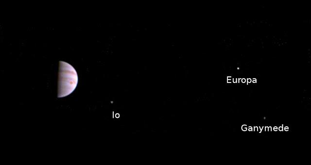 Hình ảnh đầu tiên chụp bởi Juno khi tàu đến quỹ đạo Sao Mộc. Credit: NASA JPL.
