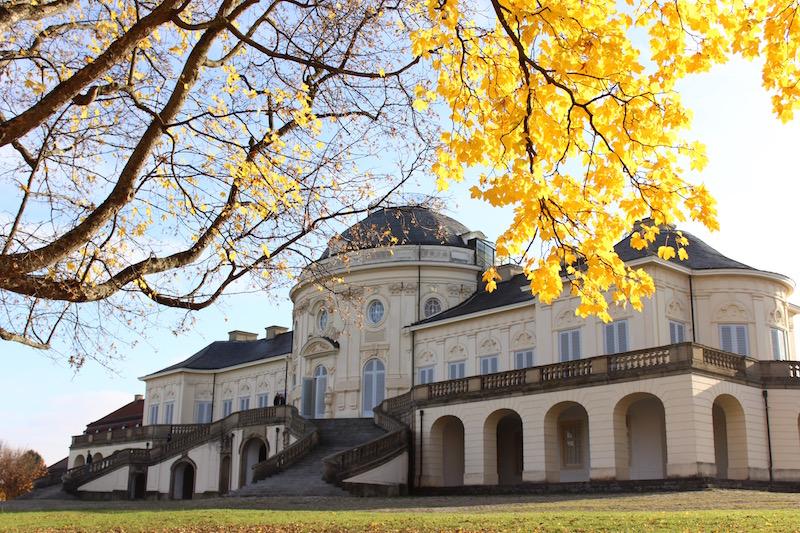 Schloss Solitude Stuttgart im Herbst - Perfekte Location für Outfitfotos finden - Die ewige Suche nach Fotohintergründen  http://www.theblondelion.com/2017/01/die-perfekte-location-fuer-outfit-fotos.html