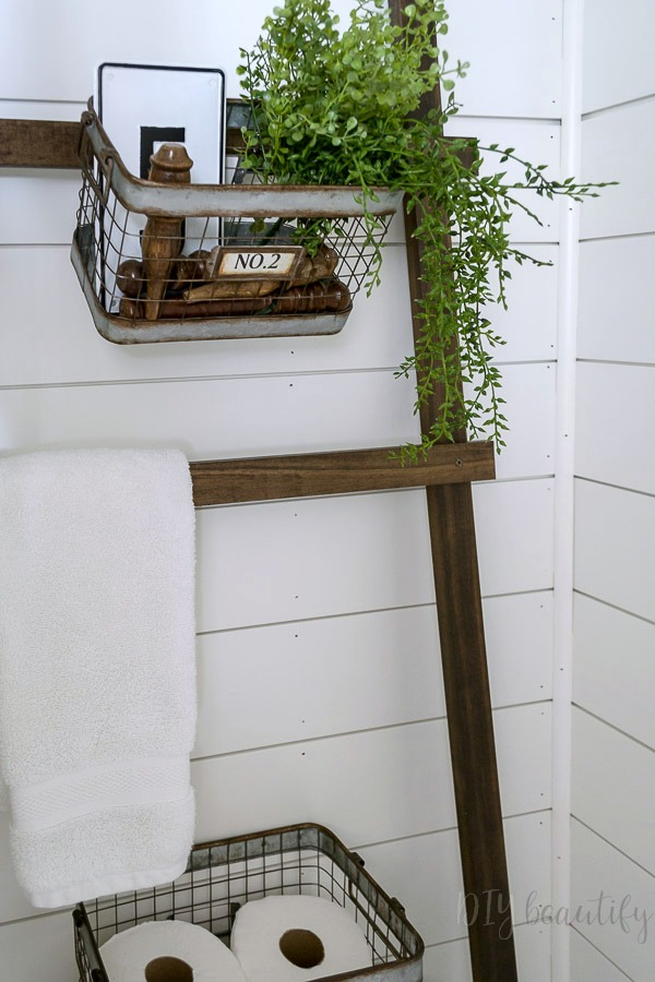 farmhouse ladder to organize bathroom