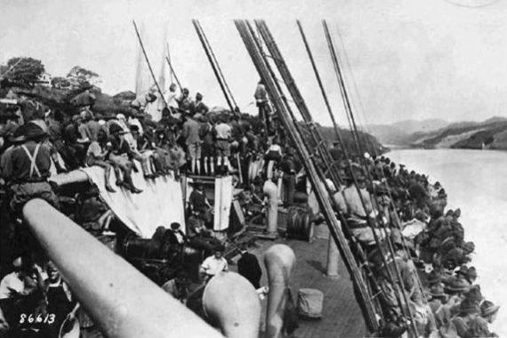Berlayar di Terusan Panama