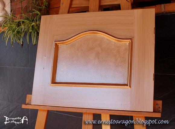 Imitación a madera con dos tipos de veta, y moldura dorada