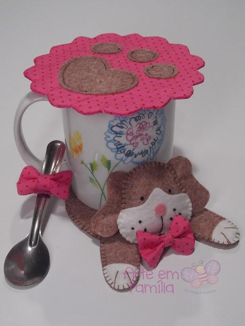 tapetes para canecas e xícaras (mug rug) em formato de bichinhos. Confeccionado em feltro. Cachorro.