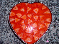 Añadiendo la gelatina de fresa a la tarta