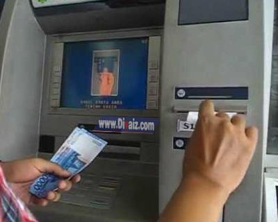 Mengambil uang di ATM - www.divaizz.com