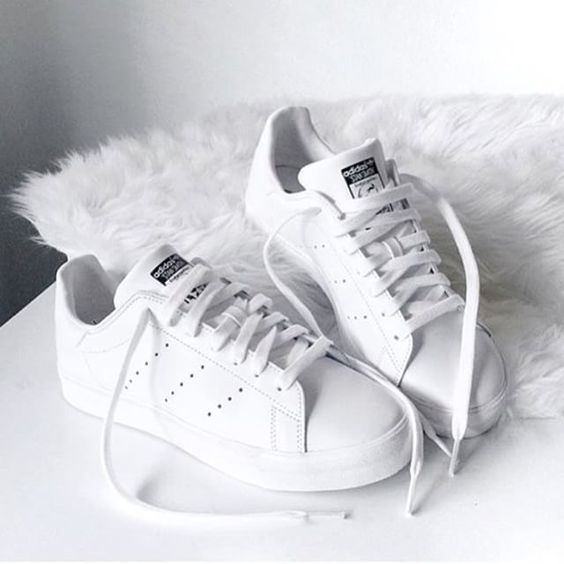Giày thể thao sneaker trắng - item hot trend kinh điển sắm được 1 lần diện 4 mù0a
