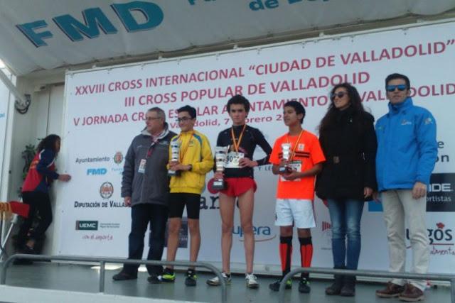 Jonás Redondo, en el medio, campeón regional en infantil masculino