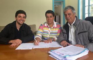 Prefeito Mario Tricano (à direita) com os secretários municipais Eveline Cardoso e Raphael Teixeira: obra de contenção vai garantir reabertura de escola no bairro Corta Vento