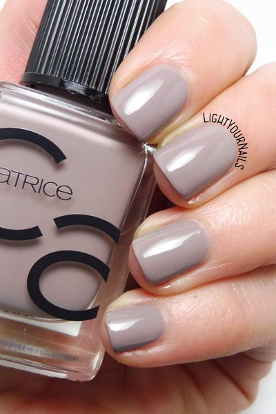 Smalto tortora Catrice ICONails 27 Lana del Grey taupe nail polish swatch #catrice #ICONails #lightyournails #unghie #nails