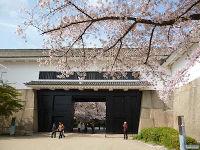 桜越しの多聞櫓