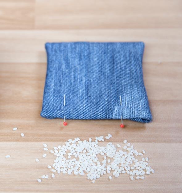Litteän hernepussin sisällä on riisiä