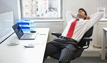 10 Pose Tidur Sejenak di Kantor saat Jam Istirahat yang Berkualitas