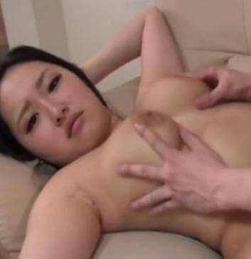 Nonton Bokep, Cewek Manis Dengan Tete Gede Bermain Seks di Atas Sofa