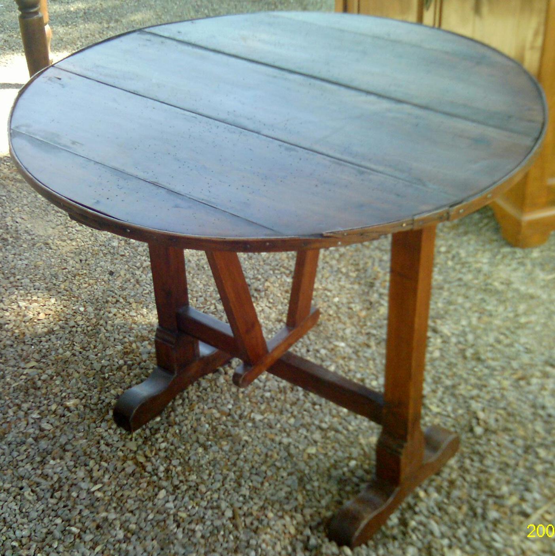 ancienne toute petite table de vigneron ovale a rabats en noyer de style. Black Bedroom Furniture Sets. Home Design Ideas