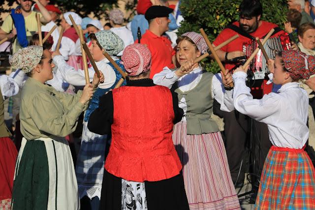 Exhibición de danzas vascas en las fiestas de Cruces
