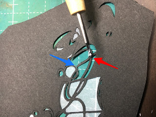 切れてしまった切り絵をのりで固定