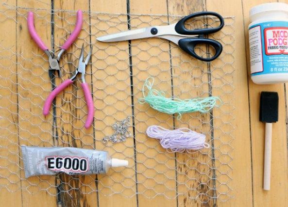 Pulsera con alambre de rejilla forrada de hilos