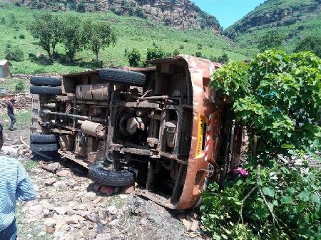 सीधी: 100 यात्रियों को ठूंस रखे थे बस में, पहाड़ी से 40ft नीचे गिरी, 3 मौत, 50 घायल