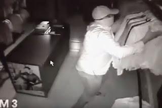 Câmera de segurança flagra três homens roubando loja de João Pessoa