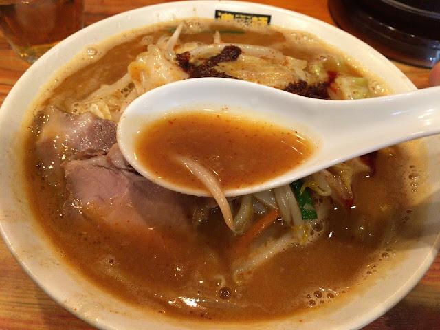 辛辛濃菜麺 スープ拡大