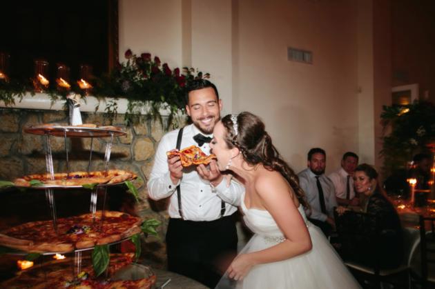 Decidieron dar pizza en lugar de pastel en su boda