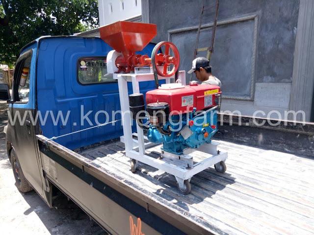 Mesin pembuat pelet pakan ternak dengan kapasitas penggerak 8 pk